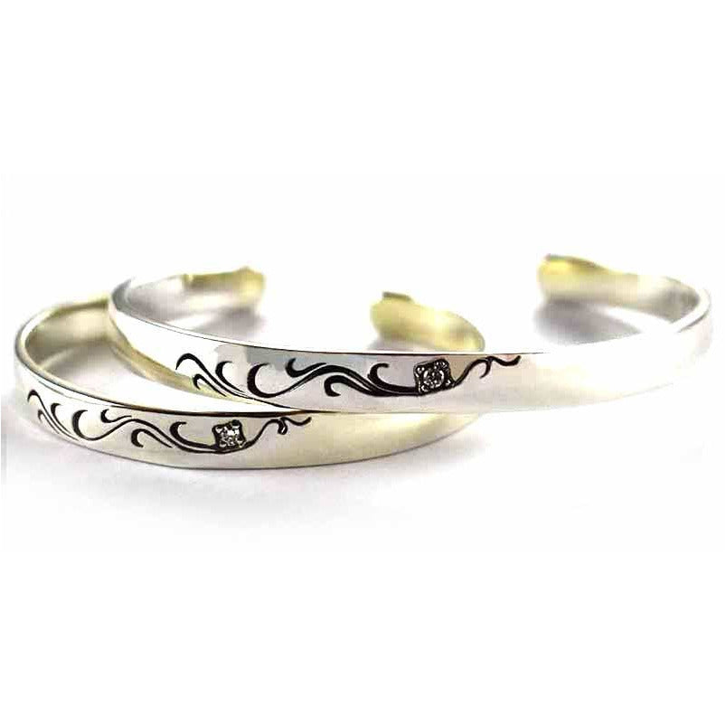 Seagrass with oxidize couple silver bangle