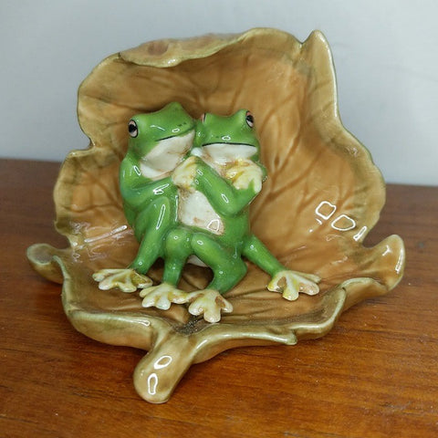PORCELAIN TRINKET LOVER FROGS UNDER DRY LEAF