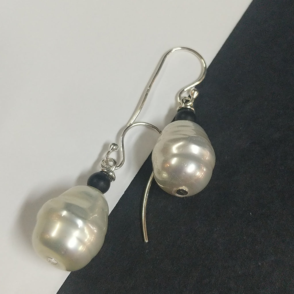MOKO EARRINGS PEARL ONYX