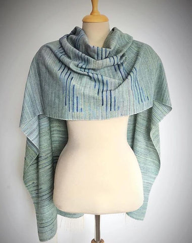 Beautiful use of subtle color shifts in this scarf ~ @bariz_scarves