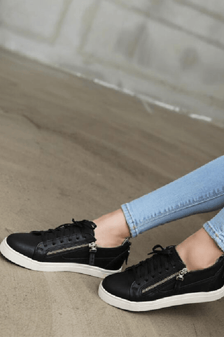 Zip your style black sneakers