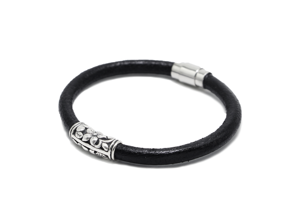 MOIST BLACK LEATHER BRACELET
