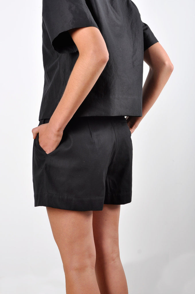 Wide-Leg Pleated Short in Black Cotton Twill