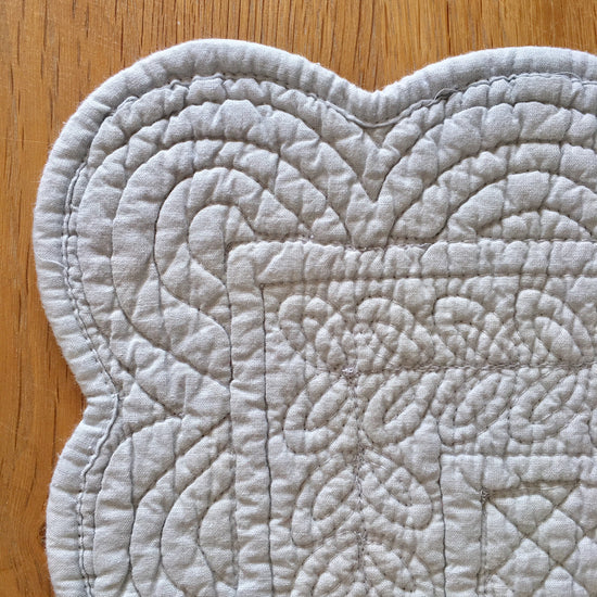 Quilted, Scalloped Place Mat - Glacier grey