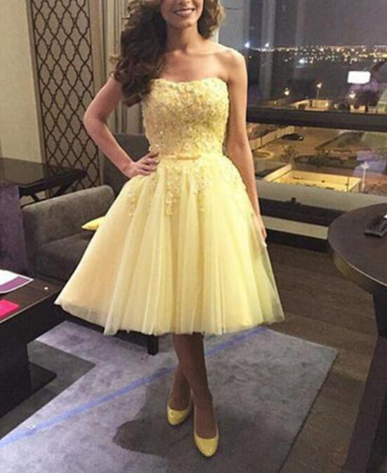 Knee Length Strapless A-line Yellow Tulle Homecoming Dress with Lace Appliques
