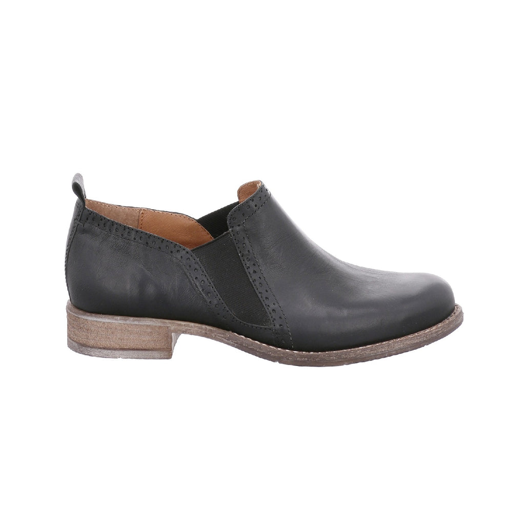 Leather ankle boot with low heel in black.