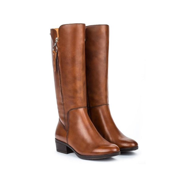 Tall leather boot in cuero brown.