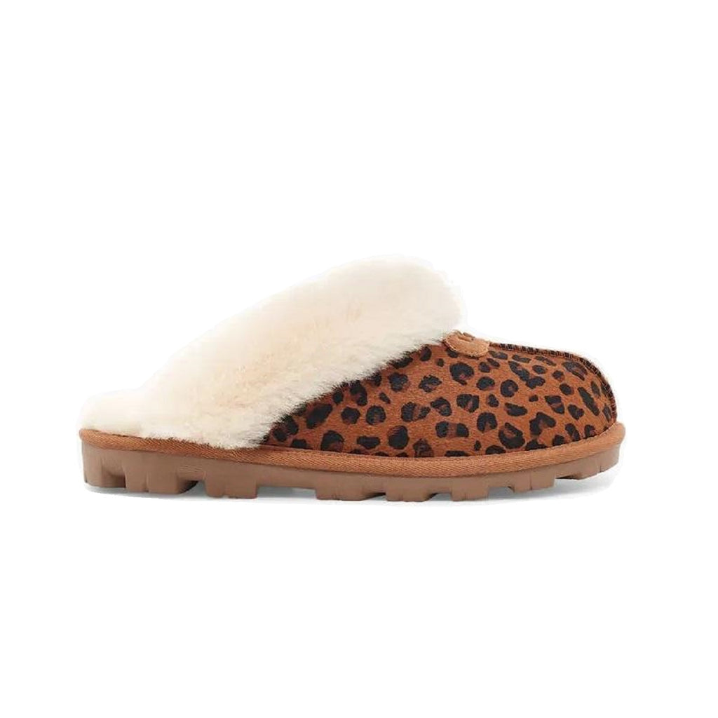 Fluffy closed toe slipper in leopard.