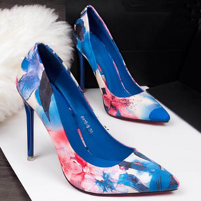 Thin heel pointed shoes