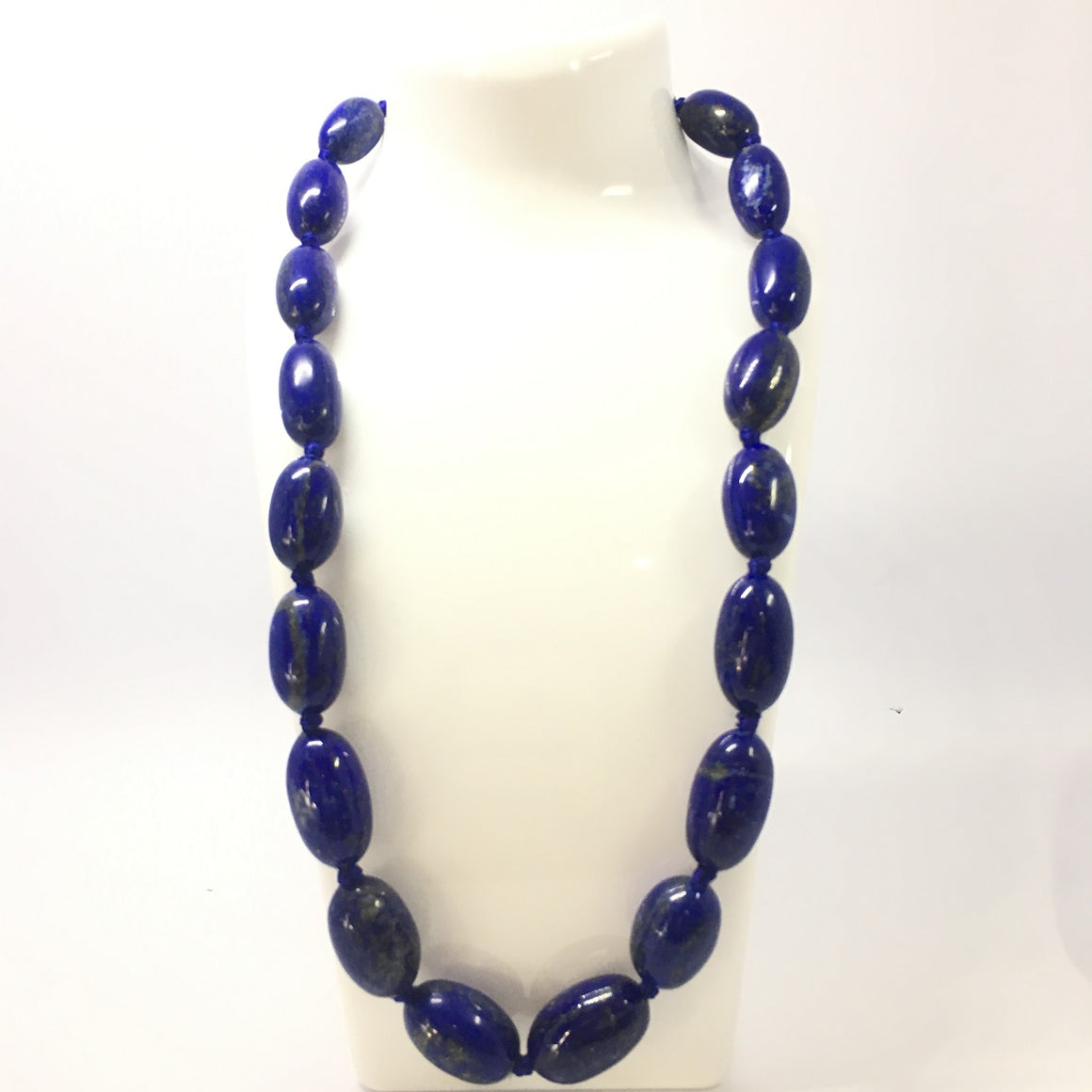 653.5 Carat, 19 Oval Beads Lapis Lazuli Necklace with Metal Lock