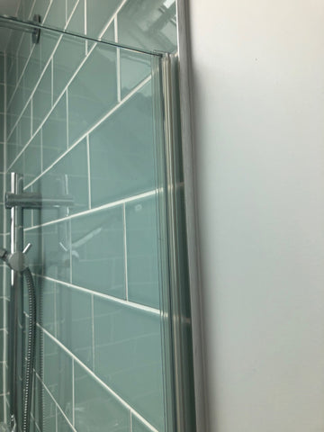 Bulb seal on closing side of glass door