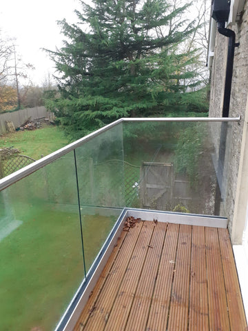 Decking balustrade made with glass and handrail