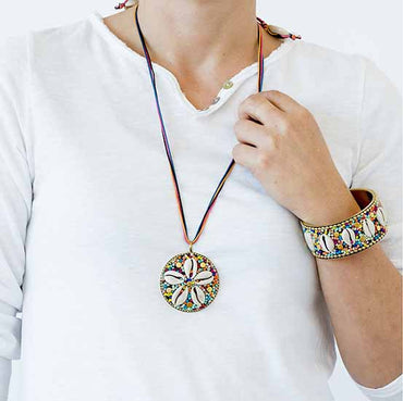 Collar largo Shell Tribal redondo multicolor. - Trapotroppo