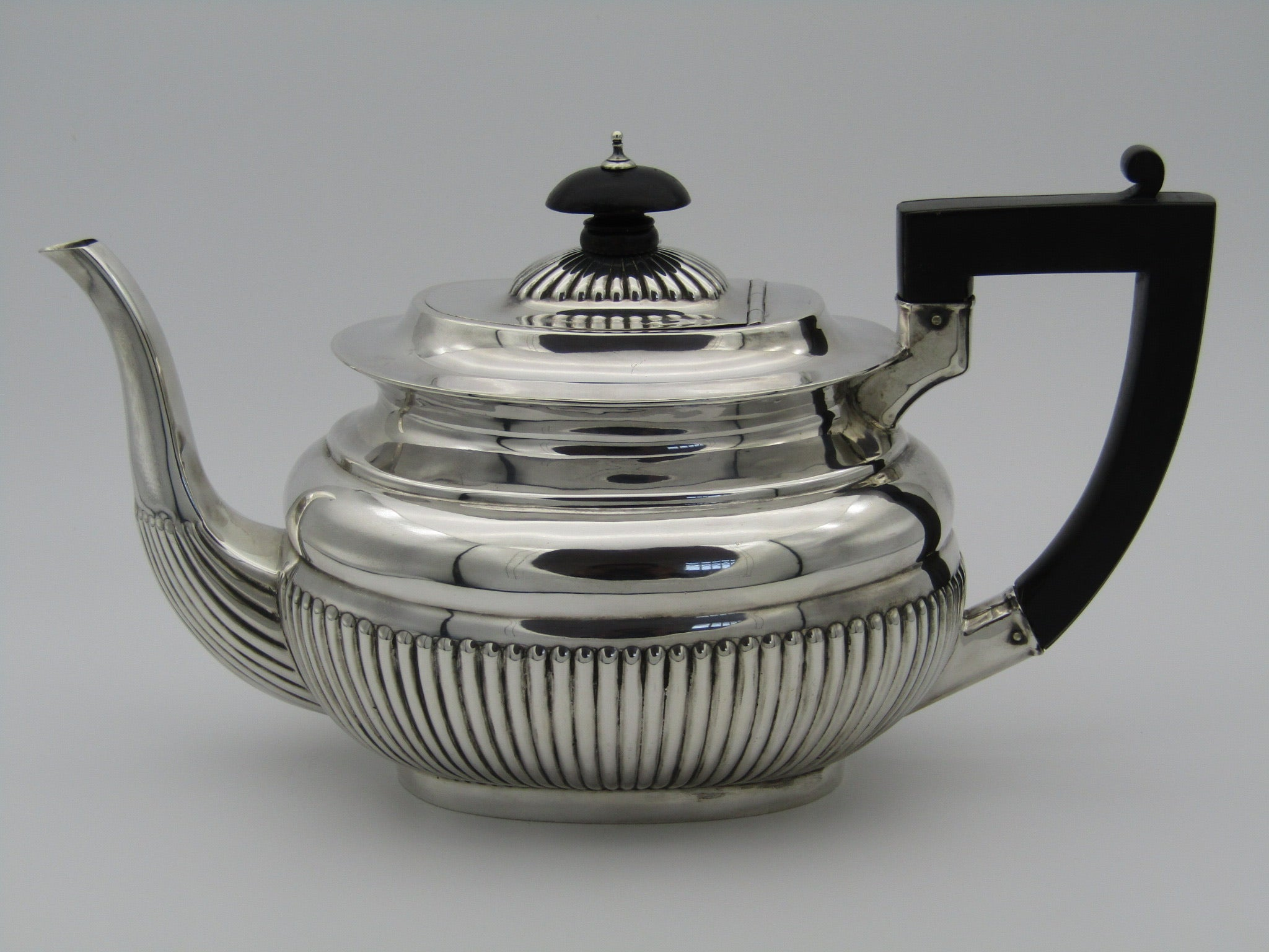 A sterling silver tea set made by Robert Pringle & Sons. London, 1901.
