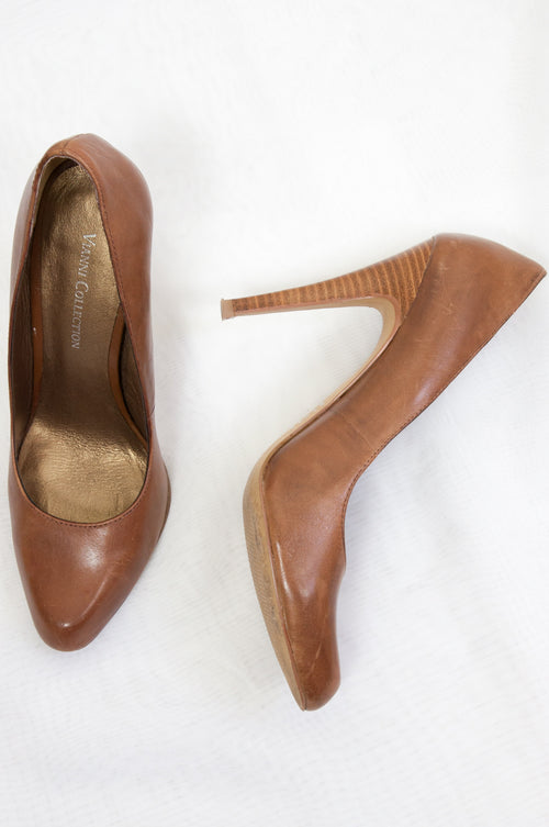 Natural leather pumps by Vianni Collection at Caravan clothes