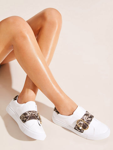 Snakeskin Buckle Decor Low Top Sneakers