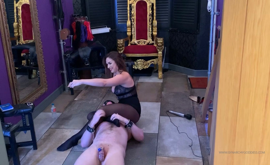 Goddess Serena with a slave between her legs in a scissor-hold