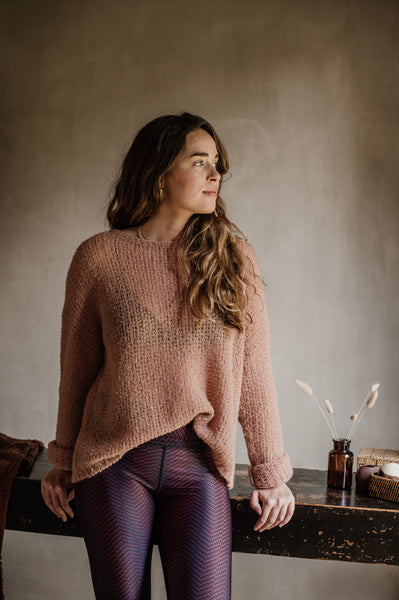 pure by luce founder Loes Vandekerckhove wearing a pink oversize sweater and the Alou Marrakech leggings (dark red printed leggings)