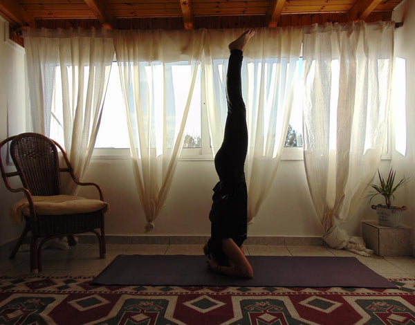 Sirsasana 10 steps to your first yoga headstand lotsofyoga what is not so cool however is not being able to do one at first thats how we all started and getting frustrated or even end up hurting yourself solutioingenieria Images