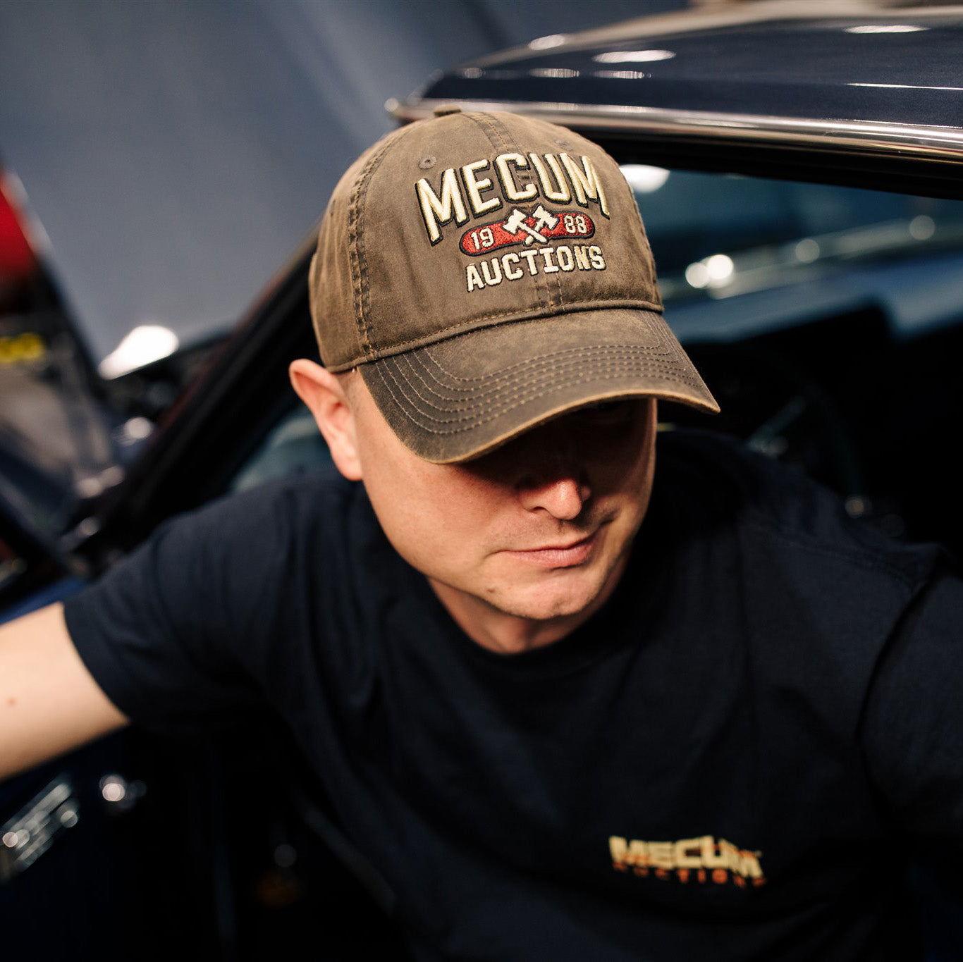 Man wearing 2020 Mecum Men's Brown Waxed 1988 Hat