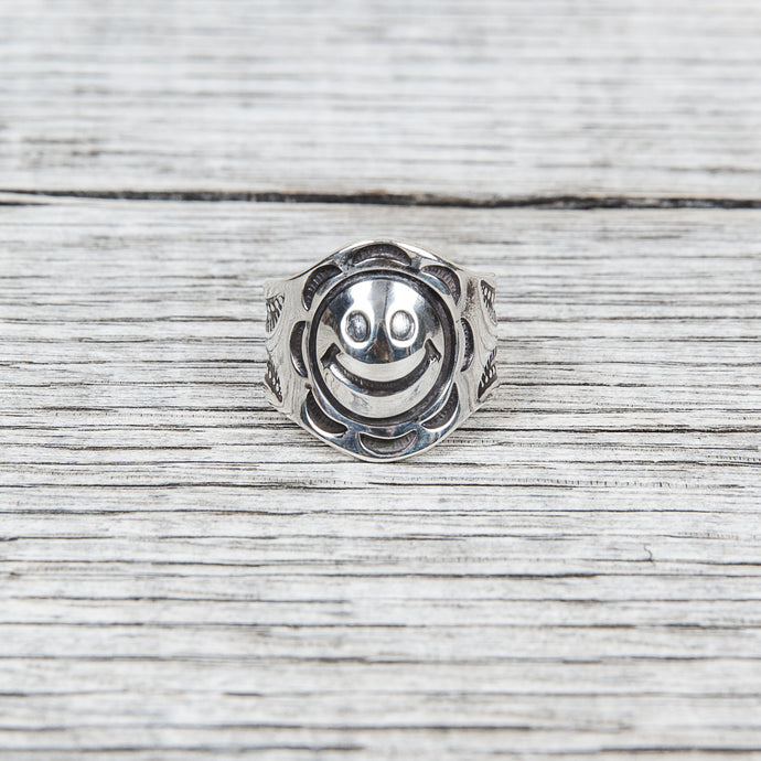 Munqa Newtive Big Smiley Ring