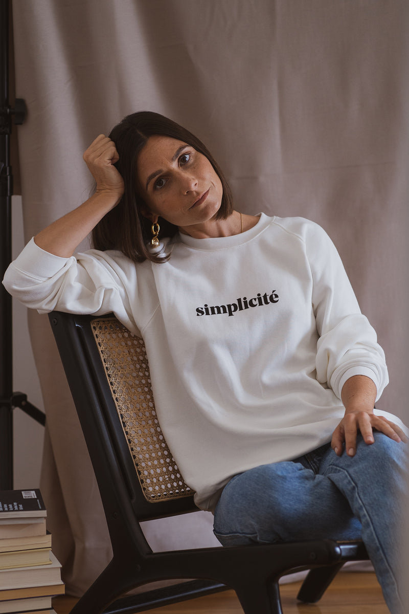 With a boxy silhouette, the simplicité sweatshirt in organic cotton is the perfect piece for those days you just want to lay comfortable and appreciate the simple things: having a slow cup of coffee in the morning while reading the newspaper or having that extra time for yourself. With an ultra comfy fabric, this is the perfect piece to keep you warm and cozy all winter long. A take on our classic sweatshirt, but this time with raglan sleeves to give it a loose fit and a boxier look.