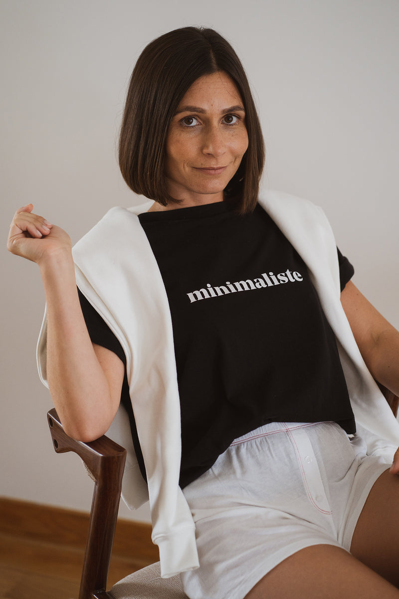 With a classic round neckline, this piece is a spin-off on one of our best sellers, the minimaliste tee. This time around with the lettering printed on the chest for a bolder effect. Made with the finest organic cotton and with a straight and comfortable cut, this short-sleeved tee will make you look comfy around the house. Simple as it should be, this one in black cotton jersey is the piece that was missing in your closet this winter.