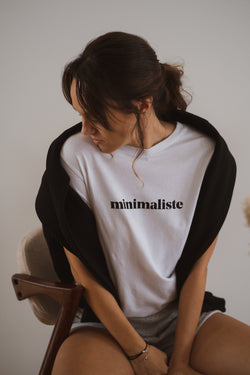 With a classic round neckline, this piece is a spin-off on one of our best sellers, the minimaliste tee. This time around with the lettering printed on the chest for a bolder effect. Made with the finest organic cotton and with a straight and comfortable cut, this short-sleeved tee will make you look comfy around the house. Simple as it should be, this one in white cotton jersey is the piece that was missing in your closet this winter.