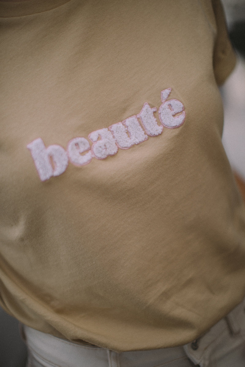 The Beauté t-shirt is a tribute to women's natural beauty. Encouraging them to embrace all their qualities and imperfections and having that cliché confidence of a true Parisienne. When she leaves the house with a shirt borrowed from her boyfriend, without brushing her hair or wearing very little make up and still looks perfect.