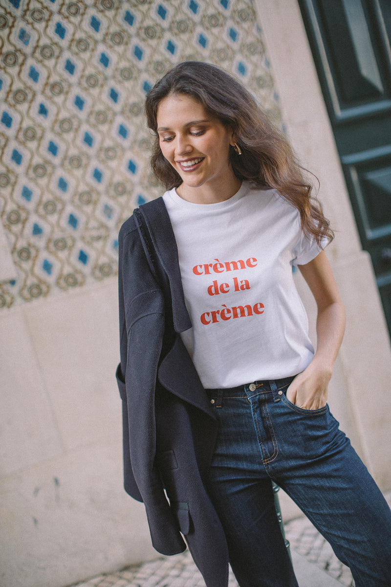 The crème de la crème t-shirt is already a wardrobe staple that keeps on being a favourite, season after season. In this collection, it comes with coral printed letters, one of the coolest color choices for this summer. Crafted in a soft cotton jersey, this t-shirt has a classic, relaxed fit.