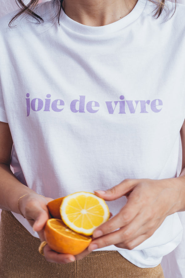 A reissue of a Le Mot classic, the joie de vivre t-shirt is all about bliss and living a happy life. In the spirit of our Summer collection - one that revolves around Joy and is inspired by the ever dreamy city of Los Angeles - this t-shirt comes with a bright lilac print (one of favorite colors) that invades us with cheerfulness and optimism!