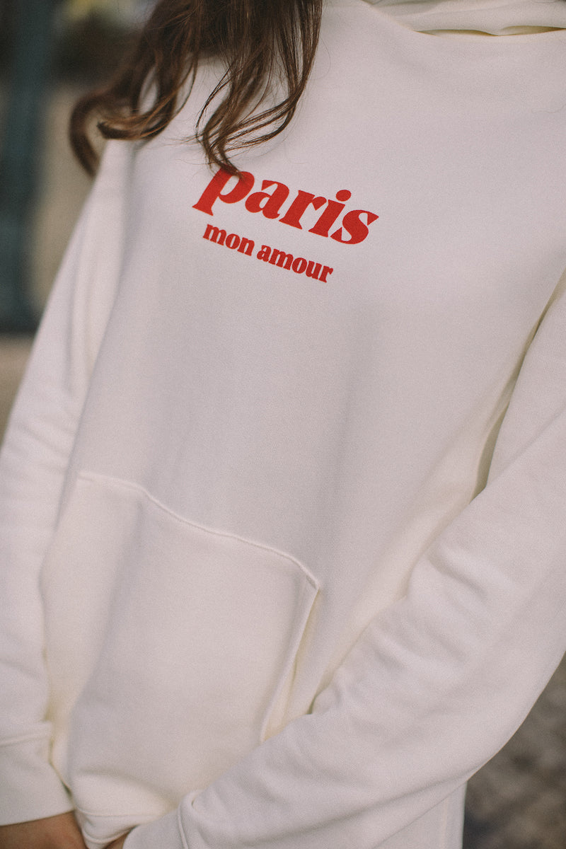 Paris: the city of love, but also the city that deserves all our love. The paris mon amour hoodie pays homage to the French capital, this city that we adore. We love the bustling cafés, the quiet corners, the breathtaking views, the well curated museums and art galleris, the elegance of the Parisians.