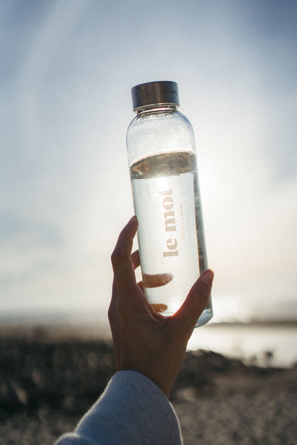 Staying hydrated is essentiel for us, and we never leave the house without a water bottle filled up to the top. This one was designed firstly for our team, but we received quickly SO much love around it that we decided to make it available to you too! Lightweight & durable (all that you want, right?), this transparent glass bottle with screw metal cap is easy to drink from and you can take it with you everywhere. And, on the plus side, it also makes the perfect gift. What's more to want?
