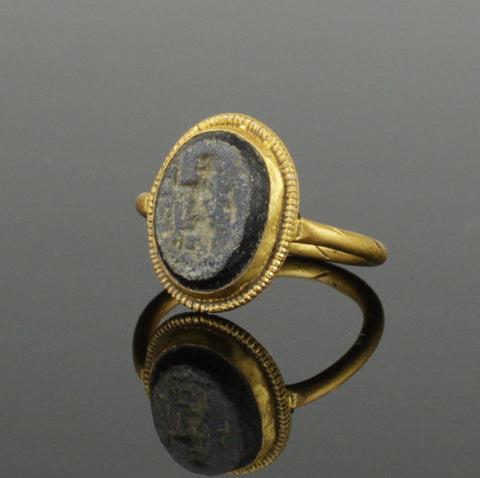 ANCIENT ROMAN GOLD INTAGLIO RING CIRCA 2ND CENTURY AD