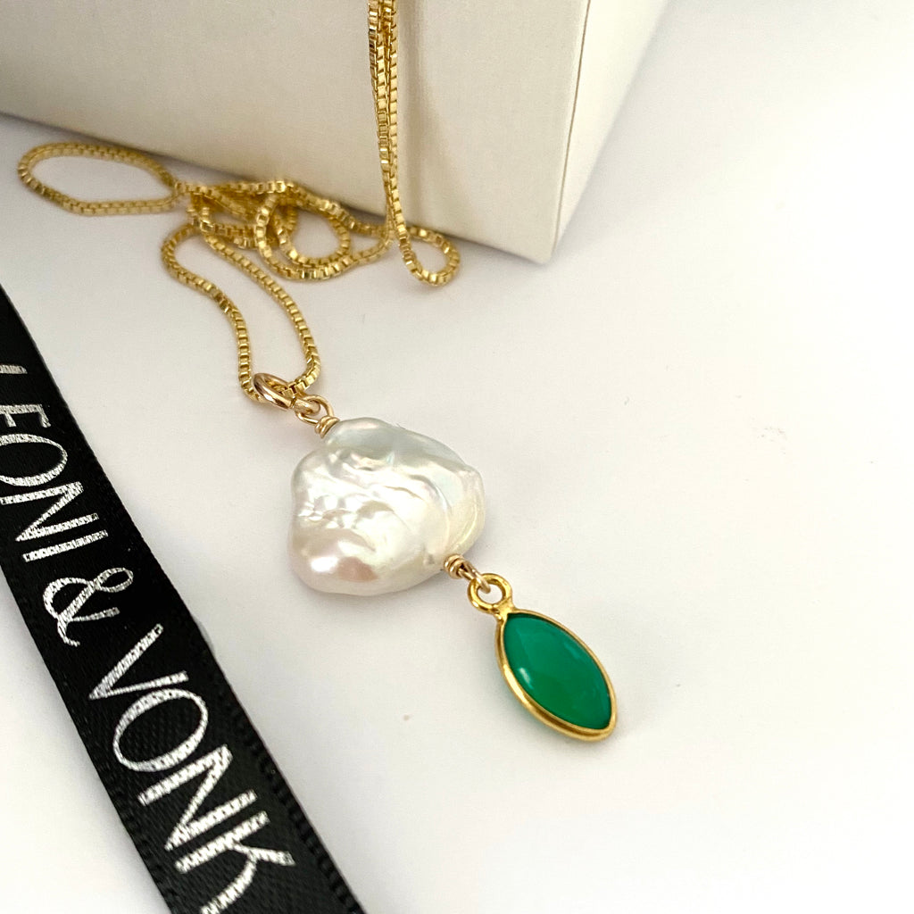 Leoni & Vonk green onyx and pearl neckalce on a gold chian photogrpahed near and white box and Leoni & Vonk ribbon.