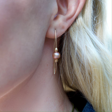 Blonde model wearing Leoni & Vonk pink pearl adn gold fill earrings