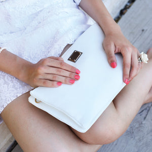 How to match white handbags
