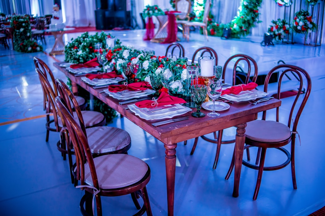 Decorate Your Dining Room This Holiday With Right Dining Table Décor