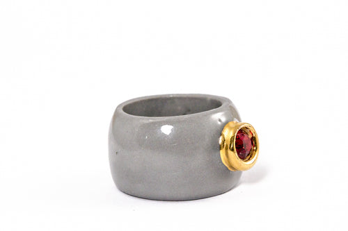 Porcelain Jewelry - Gold Plated Gray Porcelain Ring With Red Swarovski, Porceliano ziedas, porcelianiniai ziedai, porceliano papuosalai, keramikinis ziedas, keramikiniai papuosalai, pilkas ziedas, ranku darbo papuosalai, ranku darbo ziedas, фарфоровые украшения, фарфоровое кольцо, bague en porcelaine, bijoux en porcelaine, gioielli di porcellana, anello di porcellana, porcelāna rotaslietas