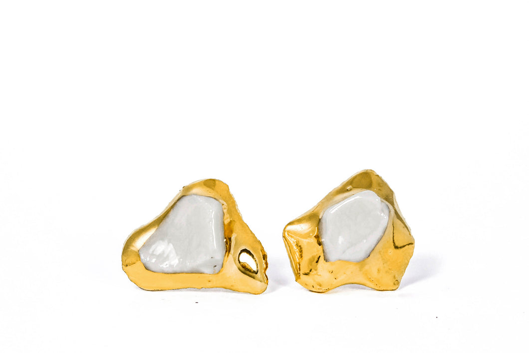 White Porcelain Earrings With Gold are designed by FreakyFoxx in their studio based in Vilnius. This porcelain jewelry is OOAK su nobody else will have same earrings. Išskirtiniai auskarai iš porceliano su auksu. Porceliano juvelyrikos studija Vilniuje siūlo platų vienetinių auskarų asortimentą.