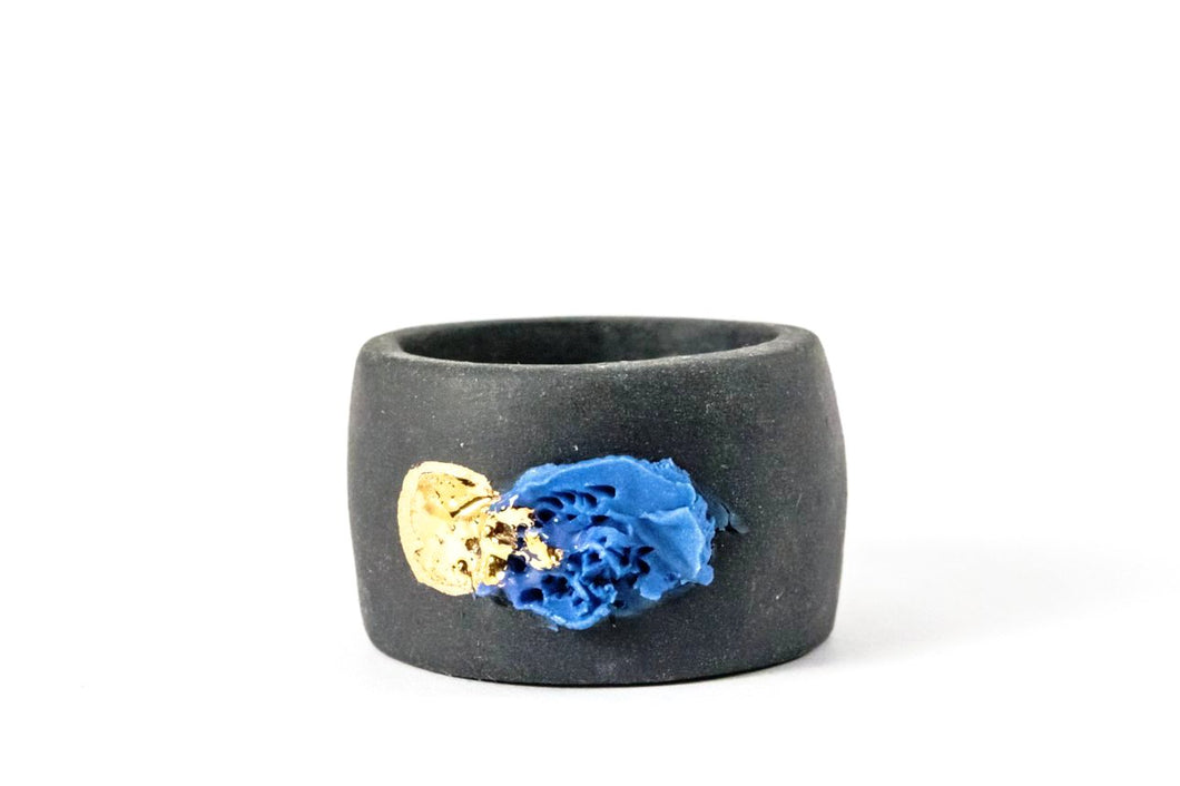 OOAK Ceramic Jewelry - Gold Plated Black Porcelain Ring porcelianinis ziedas, porceliano ziedas, porceliano papuosalai, porcelianiniai papuosalai
