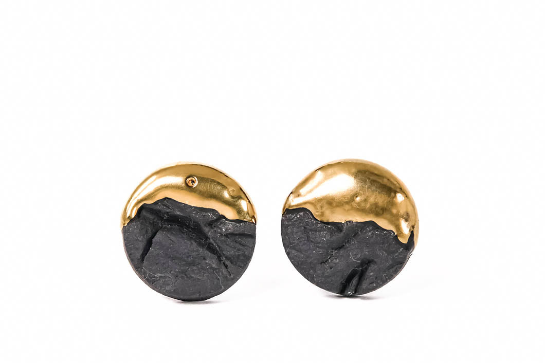 Raw Black Porcelain Earrings With Gold on white background. These porcelain earrings are ready to ship. Juodi apvalūs auskarai iš porceliano, paruošti siuntimui.