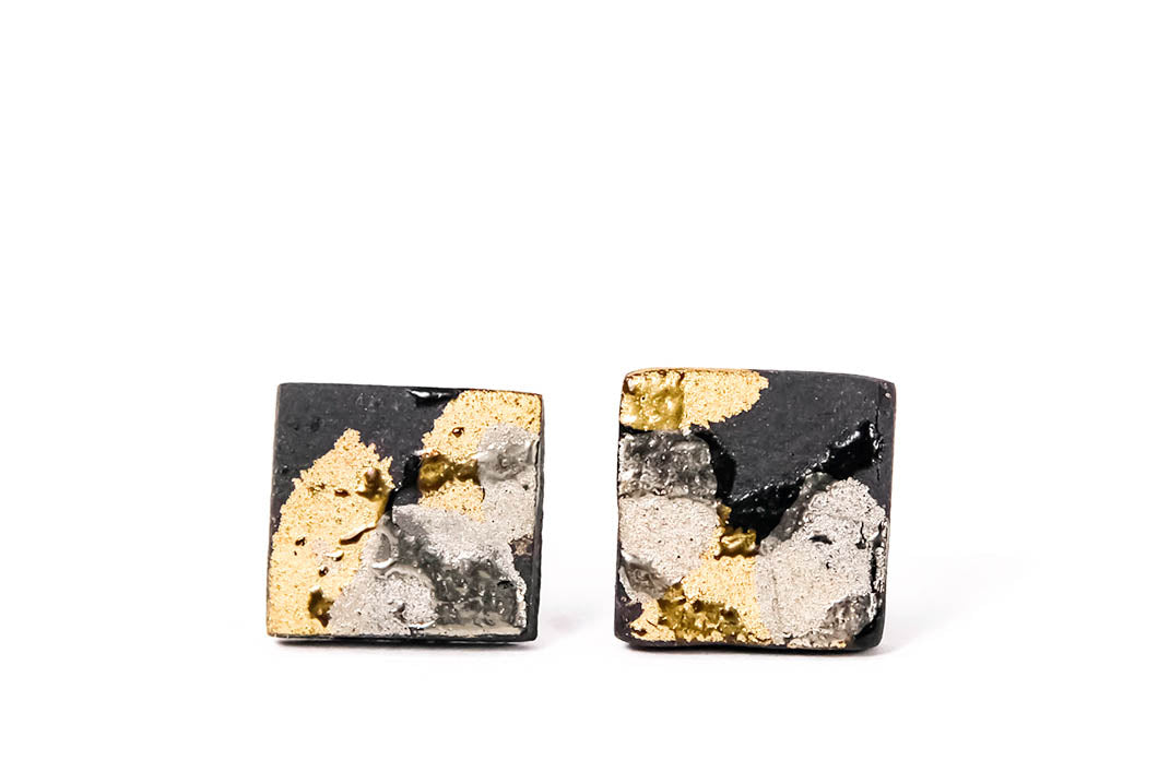 Square Black Porcelain Earrings With Gold And Platinum. Juodi kvadratiniai porceliano auskarai su sidabru ir auksu