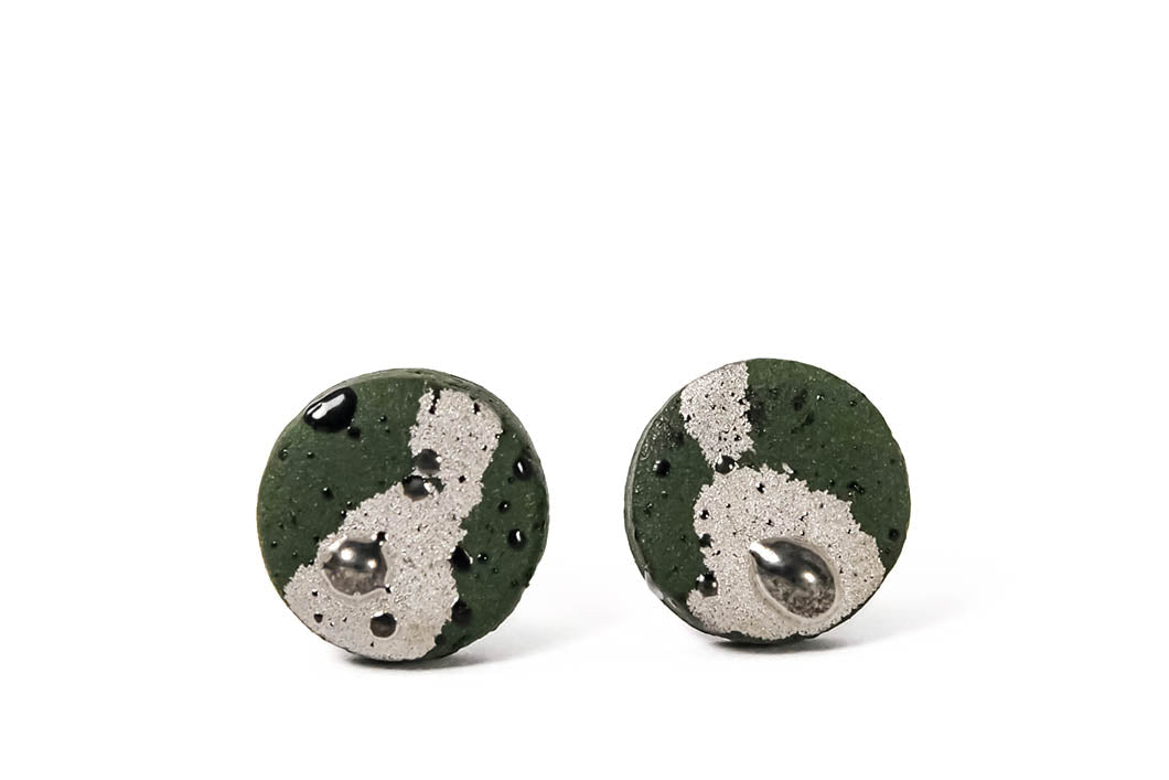 Round Small Green Porcelain Earrings With Platinum For Men. Žali apvalūs porceliano auskarai su sidabru vyrams