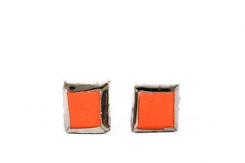 Square Coral Red Porcelain Stud Earrings With Platinum Around. Kvadratiniai raudoni auskarai pagaminti iš porceliano padengti sidarbu.