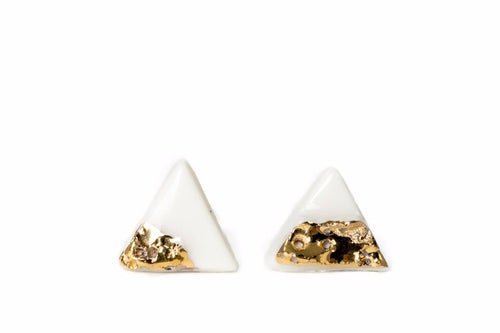 Triangle White Porcelain Earrings With Gold, porcelain jewelry, white earrings, balti auskarai, auskarai iš keramikos, keramikiniai auskarai, porceliano papuošalai, auskarai iš porceliano, rankų darbo papuošalai, juvelyrika Vilniuje, papuošalai iš porceliano