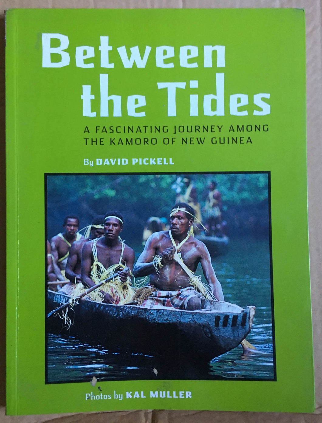 Book : Between the Tides - A fascinating journey among the Kamoro of New Guinea - David Pickell