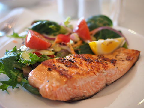 Plate of salmon with vegetables and a lemon