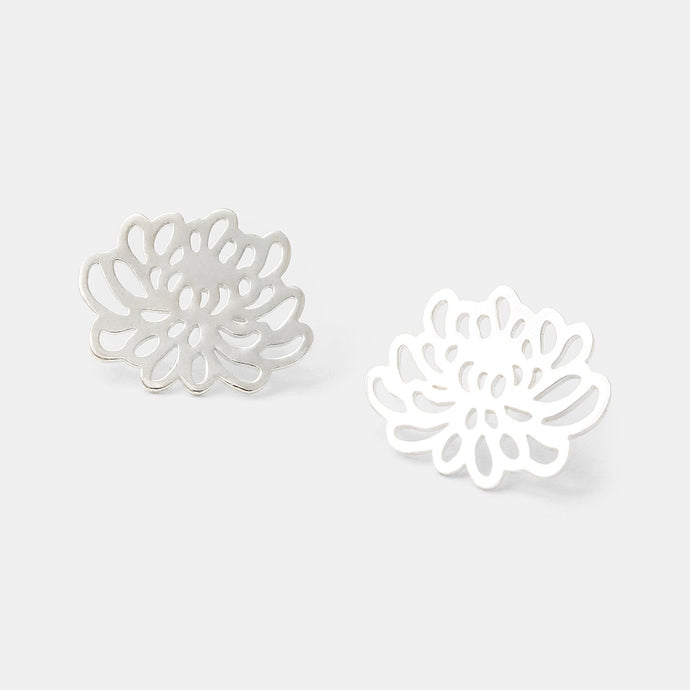 Chrysanthemum stud earrings