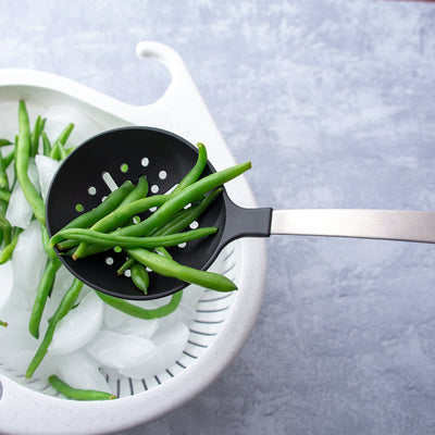Nonscratch Skimmer placing fresh green beans in colander of ice.